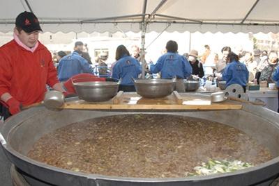 この巨大鍋でふるまい料理が作られる!