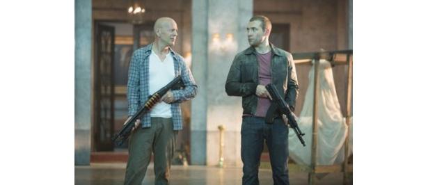 『ダイ・ハード ラスト・デイ』でブルース・ウィリス演じるマクレーンの息子に扮するジェイ・コートニー(右)