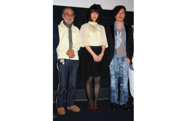【写真を見る】橋本愛は人形のように可憐なファッションで登壇。全身ショットはこちら
