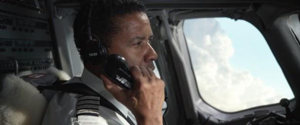 飛行機の操縦について何時間もトレーニングを受けたというデンゼル・ワシントン