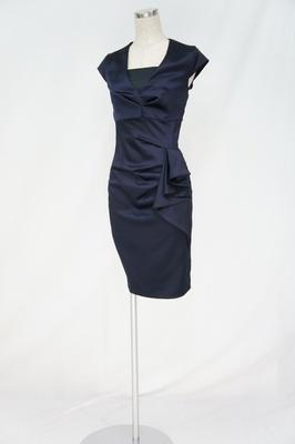 今年流行のブラックドレスは形にこだわりたい