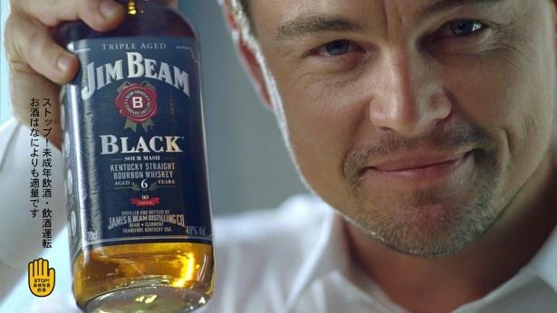 ディカプリオが「ジムビーム」のラベルと同じ白の世界観の中、バーボンのクールな魅力を体現