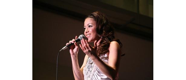 美しい姿な上、美しい声で観客を魅了!