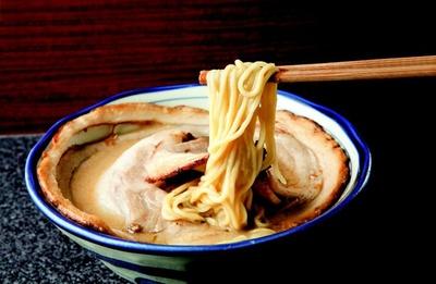 直径25cmのチャーシューが入った烈志笑魚油 麺香房 三くの「落とし蓋ラーメン」(850円)