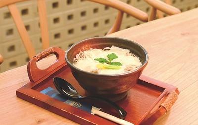 蕎麦カフェダイニング 楽の「京湯葉蕎麦」(900円)