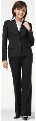 女性のパンツスーツも。 ジャケット1万9950円(税込み)+パンツ1万500円(税込み)