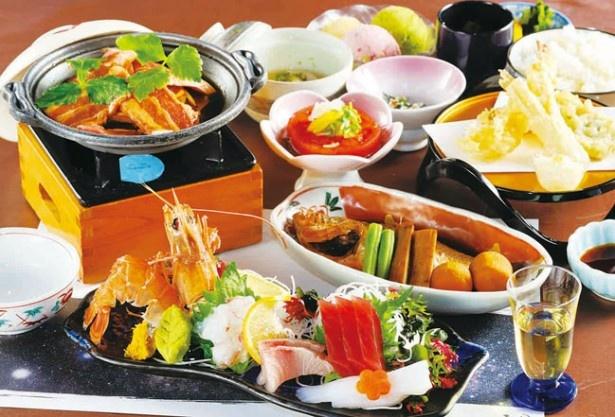 「天の丸」の夕食は、三河湾産の高級食材、アカザエビなどを使った会席
