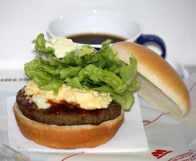 人気のJAL機内食「AIRシリーズ」の第8弾「AIRモスバーガー テリヤキたまご」