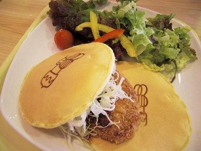 コロッケサンドのガッツリパンケーキセット1080円(ドリンク付き)
