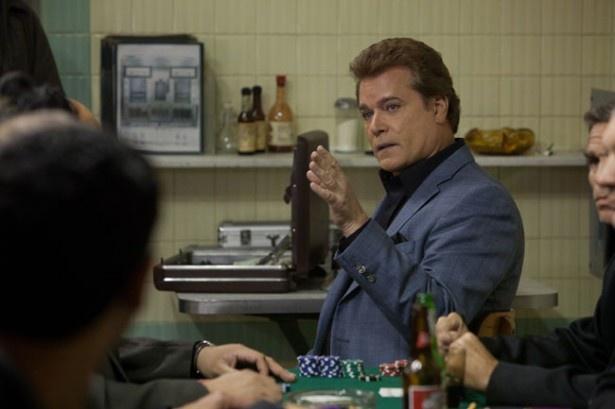 強盗の被害者である賭場の支配人マーキーもジャッキーの標的