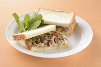 燻製専門店「煙事 銀座」の特製サンドイッチ、ギアラ煮込みサンド