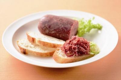 加藤牛肉店の手ほぐしコンビーフ(150g/1575円)は売り切れ必須