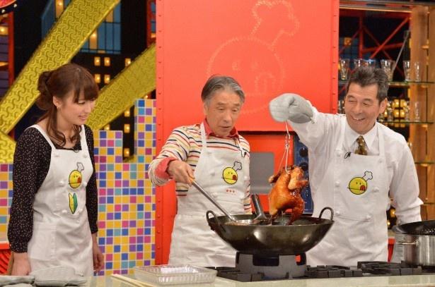 【写真】ゲストの井上順と共に「油淋鶏」の調理に挑戦し、その難しい工程に苦戦する