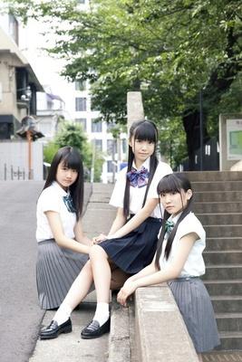 エイベックス「iDOL Street」レーベルの第2弾アイドルグループ「Cheeky Parade」の左から、島崎莉乃さん、溝呂木世蘭さん、渡辺亜紗美さん
