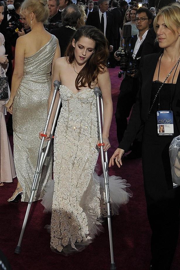 松葉杖でレッドカーペットを歩き、厳しい審判を下されたクリステン・スチュワート