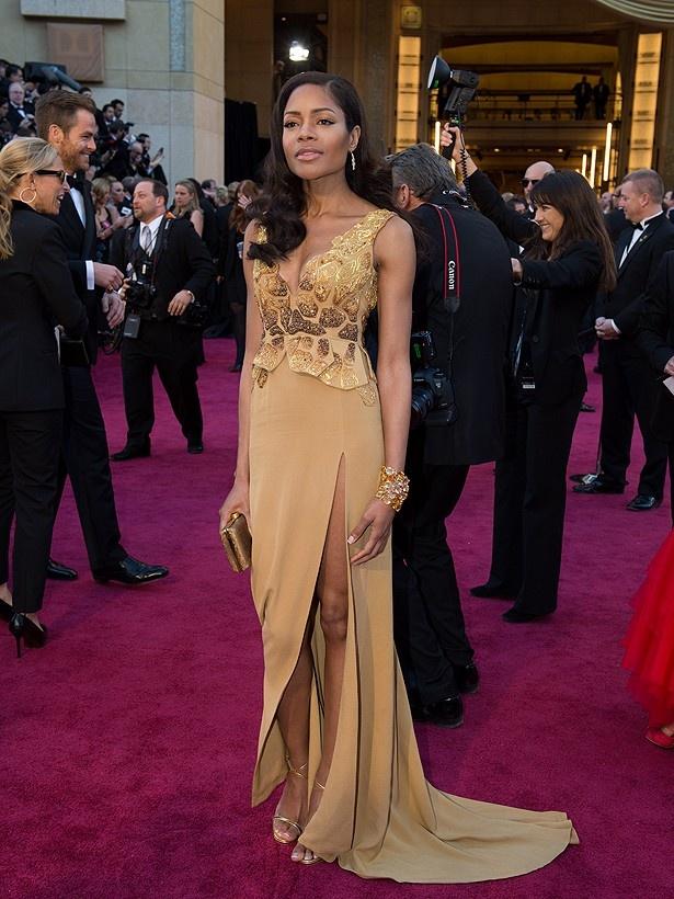 ナオミ・ハリスが着たマイケル・バドガーのドレスは、ボンドガールとは思えないと酷評