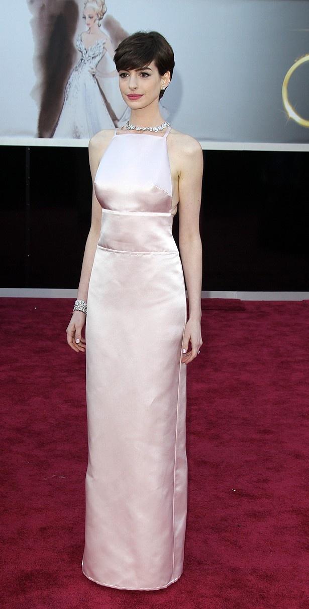 【写真を見る】乳首が目立つドレスにツイートが駆け巡り、業界内でも話題で持ちきりとなったアン・ハサウェイ