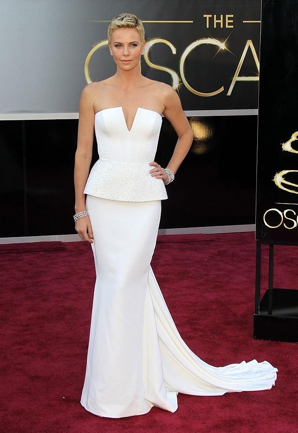 シャーリーズ・セロンのドレスは、シンプルだが彼女しか着こなせないと評判だった