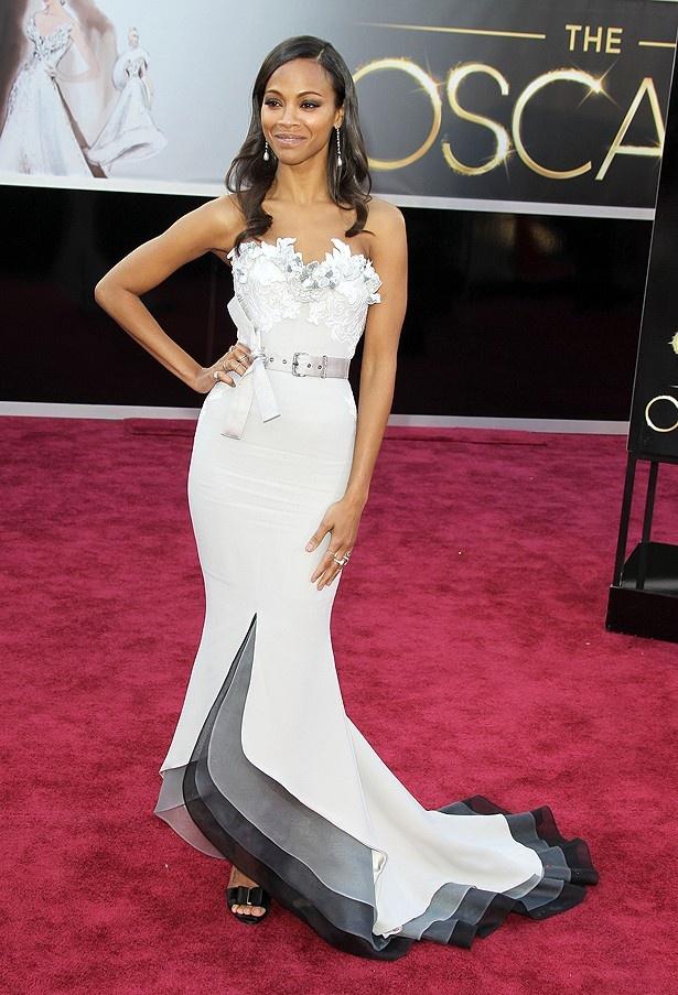 ゾーイ・サルダナのドレスは、白と裾のグラデーションが美しいと好評