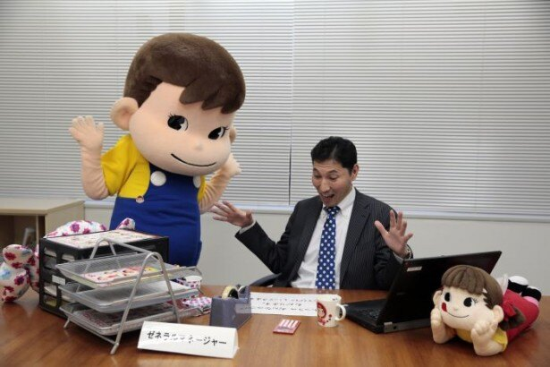 【写真を見る】驚くポコちゃんと奥山ゼネラルマネージャー(元)