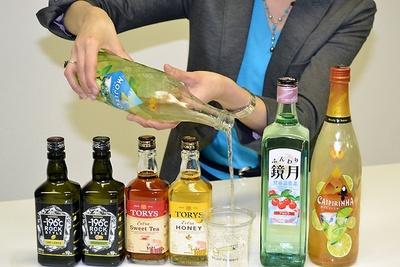 【写真を見る】氷に注ぐだけで本格的なお酒が楽しめるRTSシリーズ