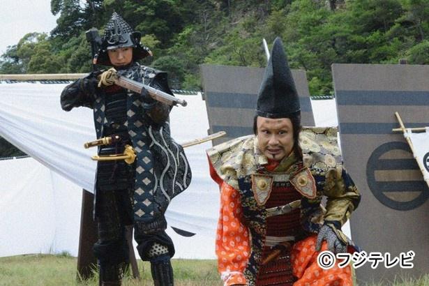 【写真】「女信長」天海祐希に銃を突き付けられる三谷演じる今川義元