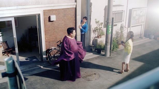 小泉とマツコ、それに建物の間に挟まっていた原田が顔を合わせる