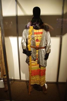 呪文をかけるのに持ち歩いてる杖とメレブの衣装