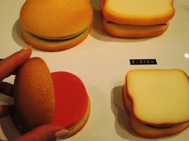 かわいらしいバーガーやサンドイッチは開くとメモに。各210円