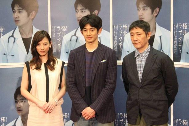会見に登場した加藤あい、瑛太、小林薫(写真左から)