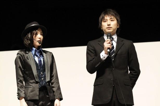 松井珠理奈とコンサート開催決定を発表する芝新劇場支配人(写真左から)