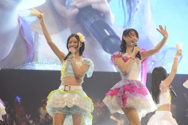 【写真】「仲間の歌」を熱唱する松井珠理奈と松井玲奈(写真左から)