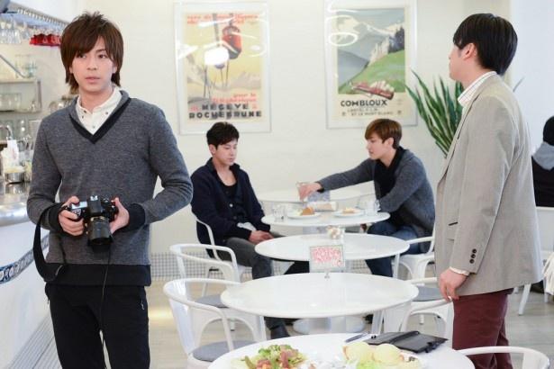 新田隼人(三浦)と岩城利也(石黒)がカフェを取材するシーンに登場
