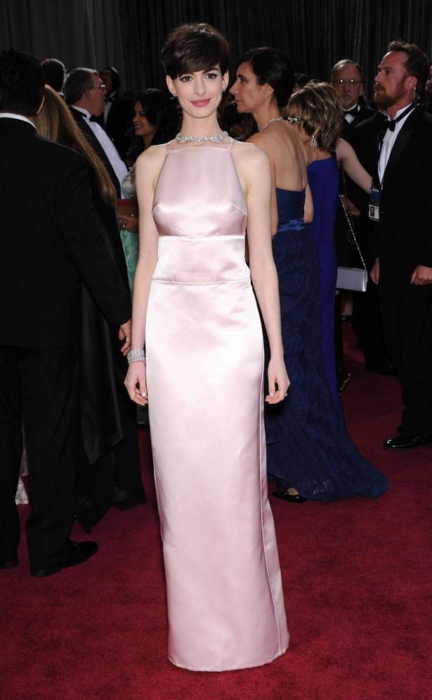【写真を見る】「乳首ドレス」と揶揄されてしまった、アカデミー賞受賞時のアンのドレス