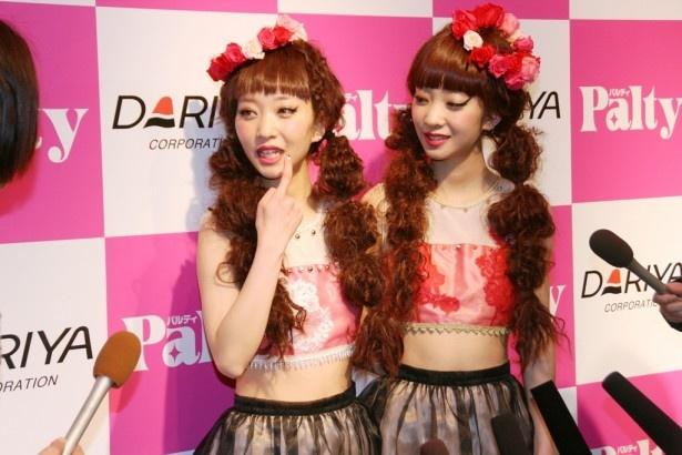 【写真】「見分け方は私の口元のほくろです」と語る双子の姉のAYA(左)。右は妹のAMI