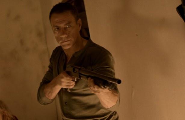 主人公マイケルの叔父で元特殊作戦隊の隊員ジョージというのが今回のヴァン・ダムの役どころ