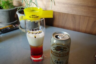 グラスにのせたツートンメーカーにゆっくりビールを注ぐ