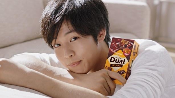 ロッテのチョコレート菓子「デュアル」の新テレビCMに出演することになった松坂桃李