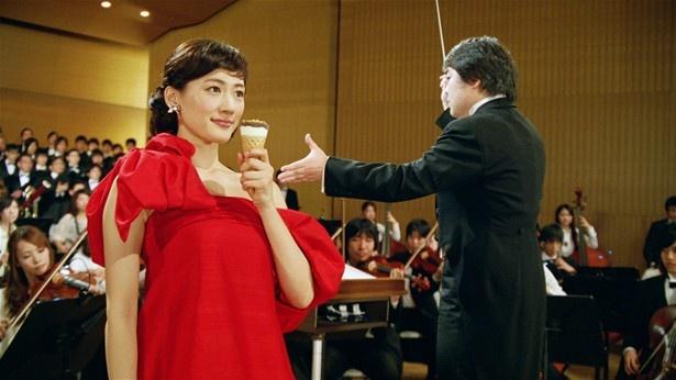 江崎グリコのアイス「ジャイアントコーン」の新テレビCMに出演する綾瀬はるか