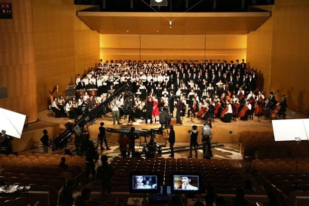 【写真】撮影は、実際のホールに本物のオーケストラを招いて行われた