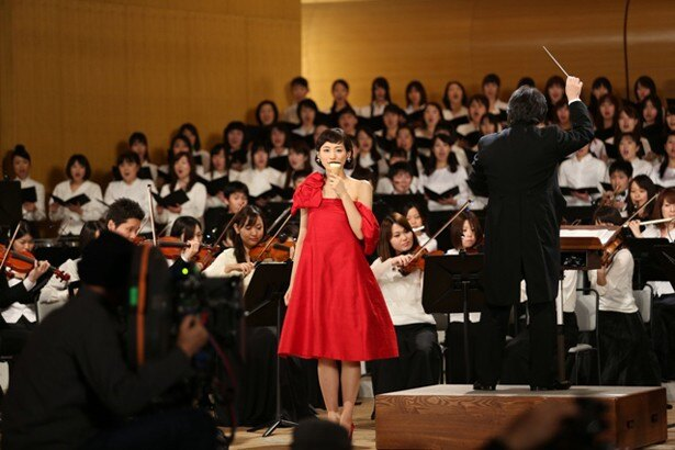 合唱団がベートーベンの「運命」の替え歌「ジャイアントコーン交響曲」を歌う