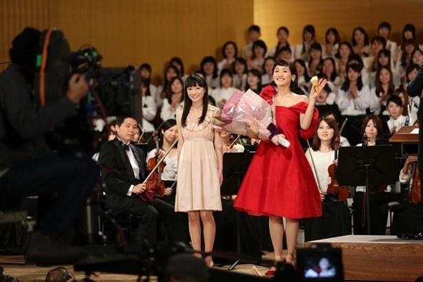 演奏終了後、花束を受け取り満足そうな表情を浮かべる