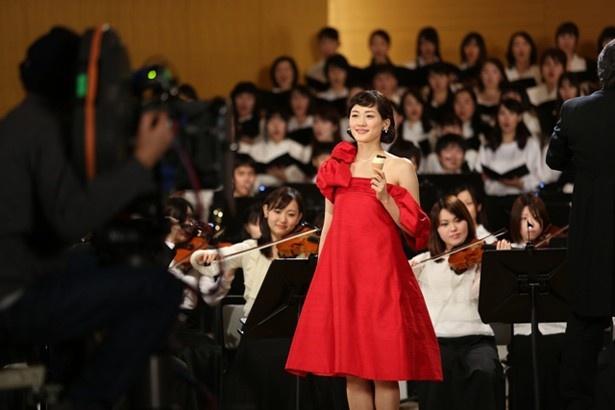 【写真を見る】共演オーケストラ190名をバックに、綾瀬はるかが肩出し赤いドレスで登場!