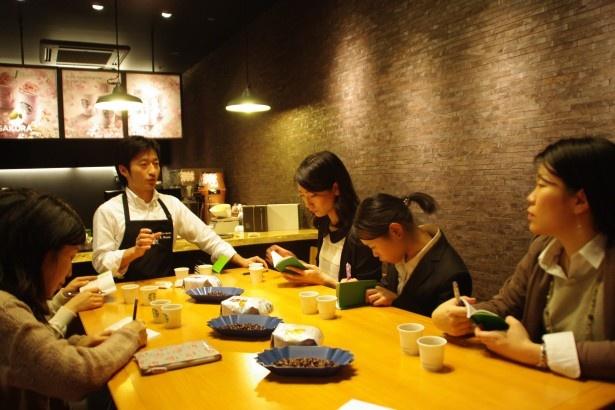 豆の特徴をコーヒーパスポートで確認する熱心な参加者