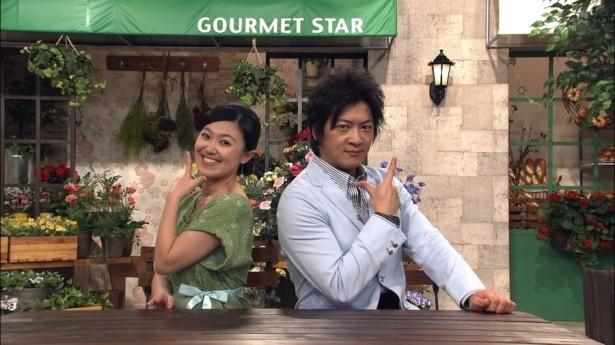 MCを務める細川茂樹と小林千恵アナ