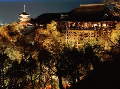 光りに包まれる境内を眺められる「清水寺」