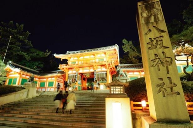 西桜門のライトアップと108の灯籠に灯りがともされる「八坂神社」