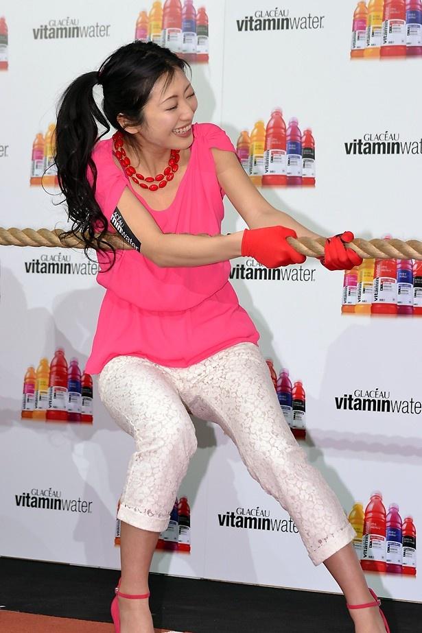 髪を束ねて、綱引きバトルに挑む壇蜜さんはこちらでチェック!
