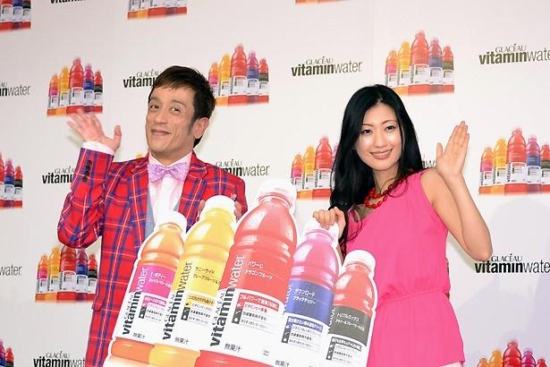 ビビッドカラーの衣装で登壇した壇蜜さんとクリス松村さん