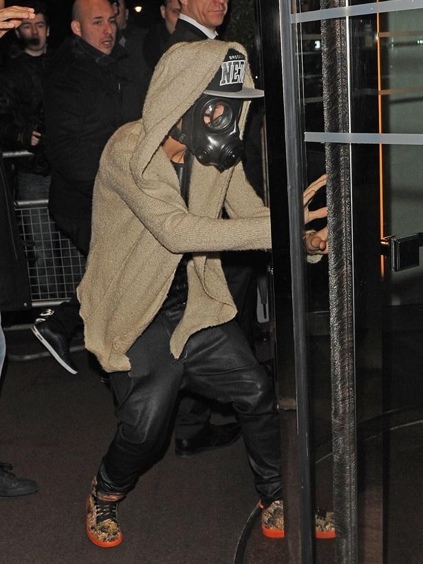 ジャスティンは最近、ガスマスクを被って外出するなど、奇行に関する報道が続いていた